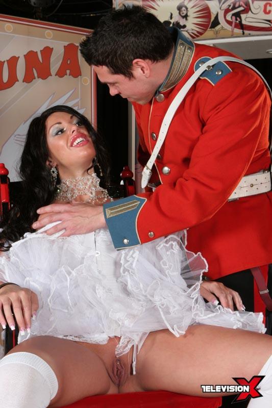 kerry louise and dean van damme in cirque de sex